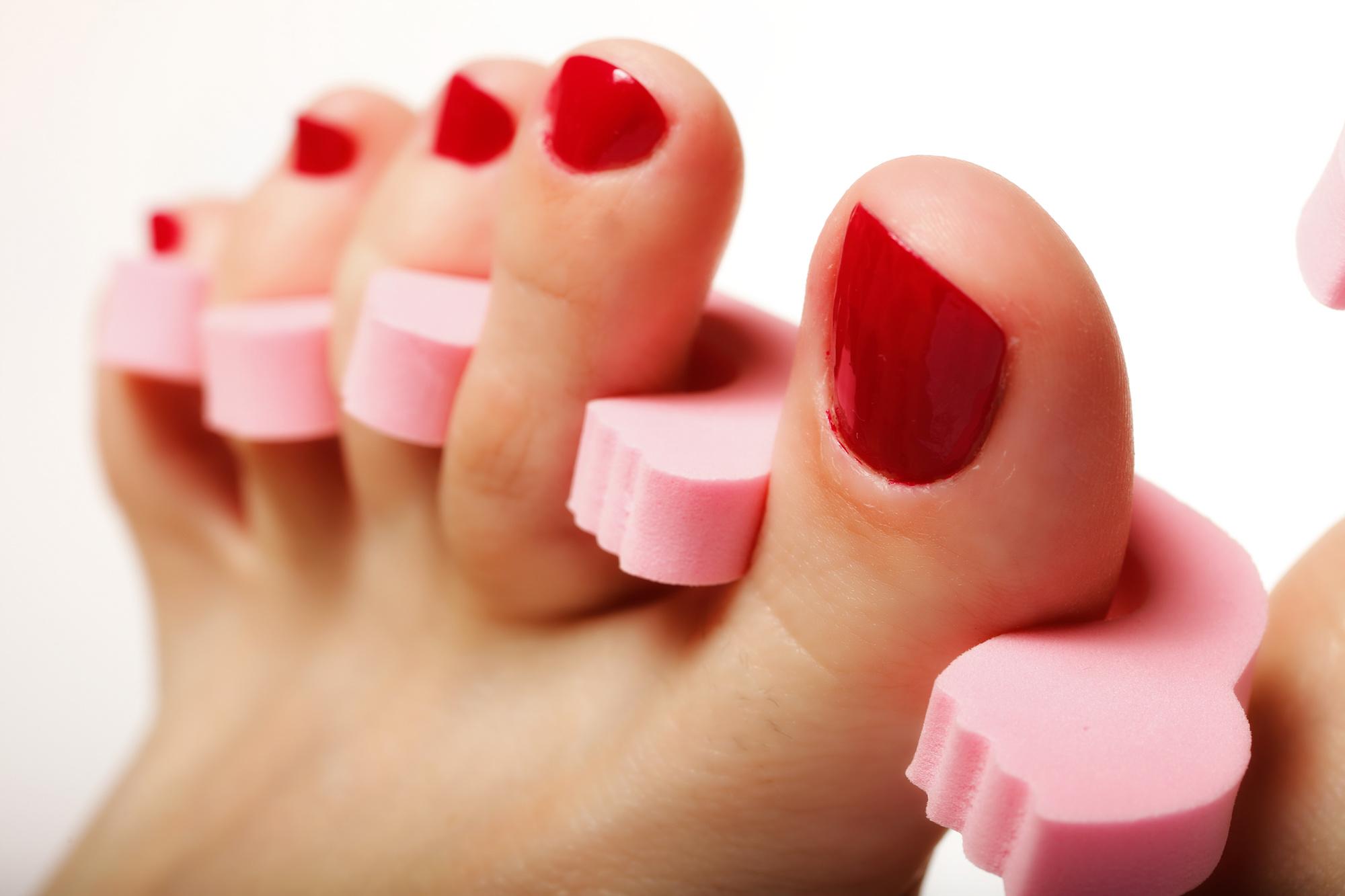 Красить ногти на ногах разными цветами фото